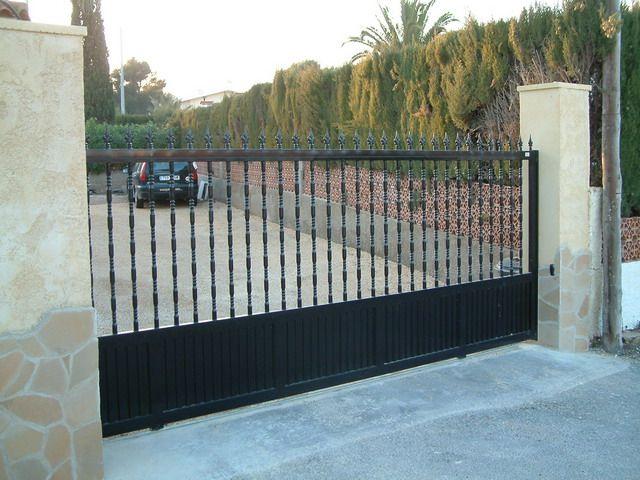 Montaje de puertas correderas de aluminio hierro y acero for Fotos de puertas de hierro