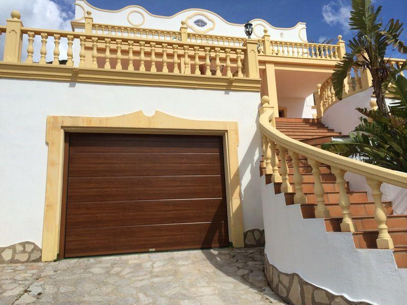 Puerta de garaje automatica seccional en imitaci n de - Puerta de garaje automatica ...